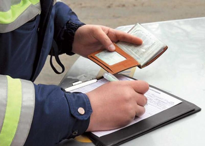 Должнику по алиментам помогли расплатиться дорожные полицейские