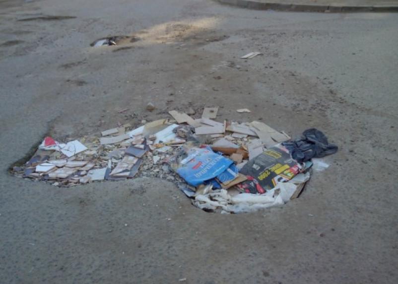 «Нанотехнологии». В Смоленске ямы асфальтируют строительным мусором
