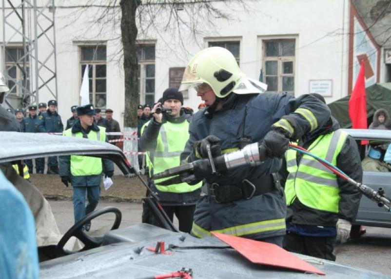 Смоленские спасатели соревновались в ликвидации последствий ДТП
