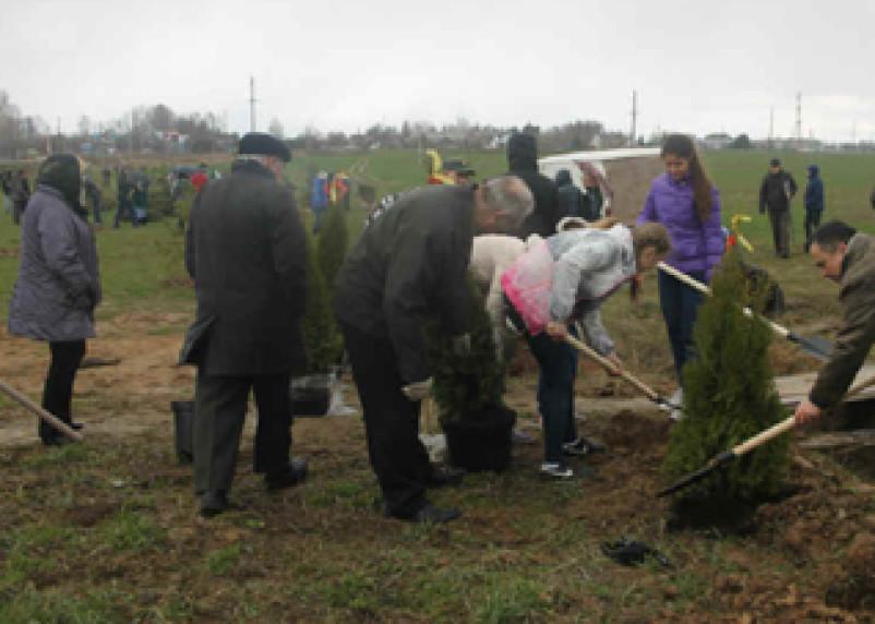 Москвичи высадили деревья в мемориальном парке на Смоленщине