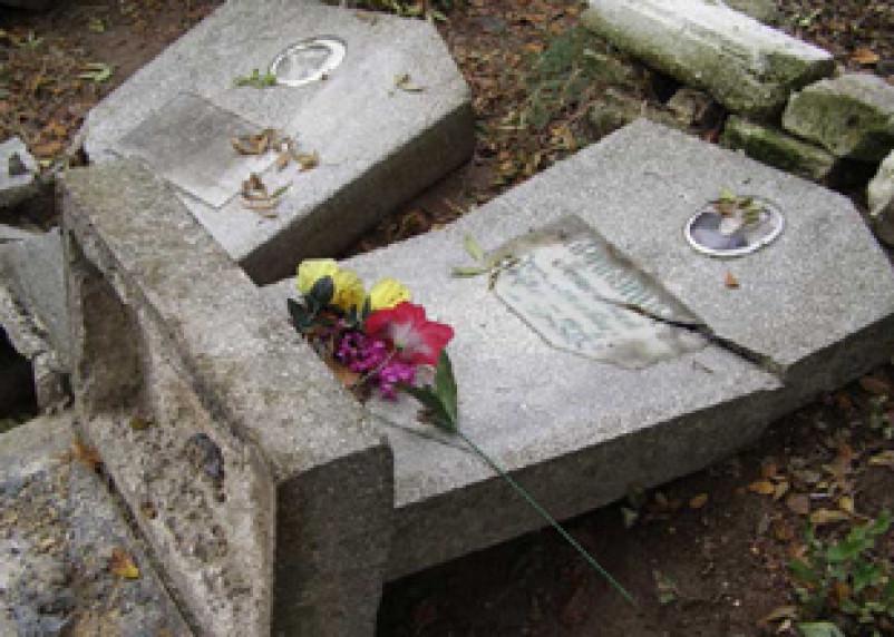 На римско-католическом кладбище в Смоленске вандалы разбили памятники