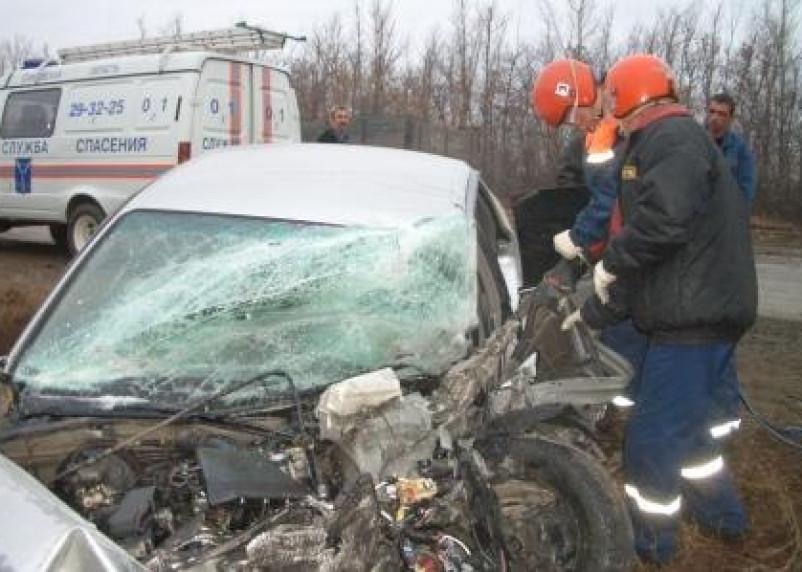 В Демидове автомобиль врезался в дерево