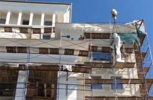 На бывшей гостинице «Смоленск» устанавливают плотника и каменщика