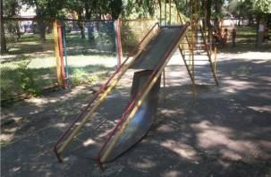 В Смоленске обнаружили опасную детскую площадку