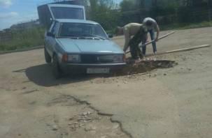 На улице Кашена автомобили продолжают проваливаться в яму