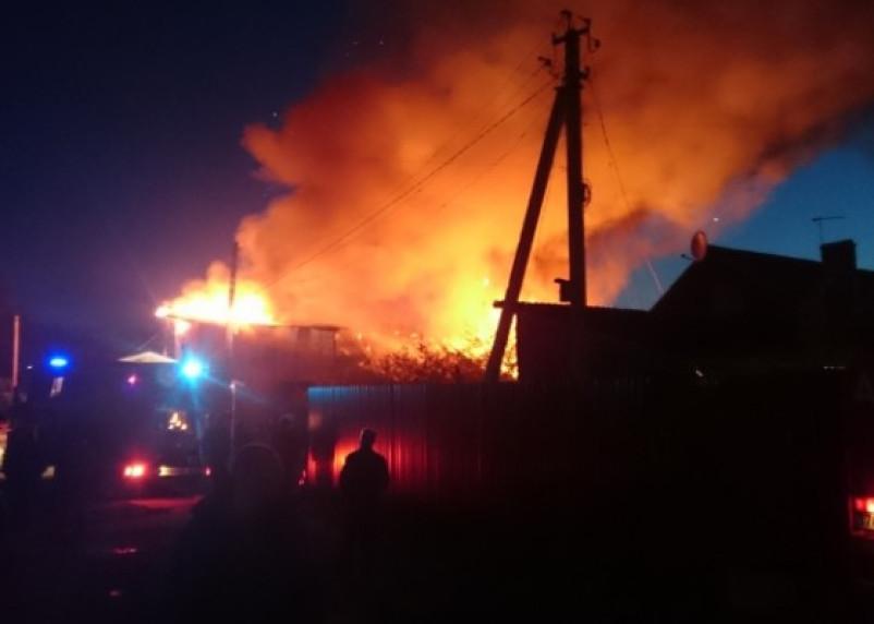 Тринадцать человек и пожарные тушили горящий дом в Сычёвском районе