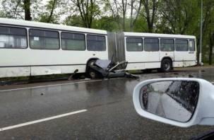 В Смоленске автомобиль разбился об автобус. Есть погибший