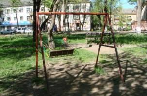 Качели в Ярцеве едва не покалечили троих детей