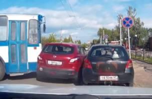 В Смоленске троллейбус прижал «японцев» (видео)
