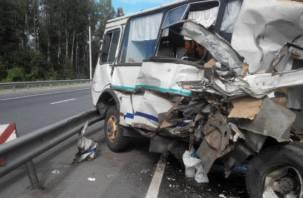 На трассе М1 фура столкнулась с автобусом. Есть пострадавшие