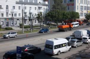 Центр Смоленска встал в пробках из-за дорожников (фото)