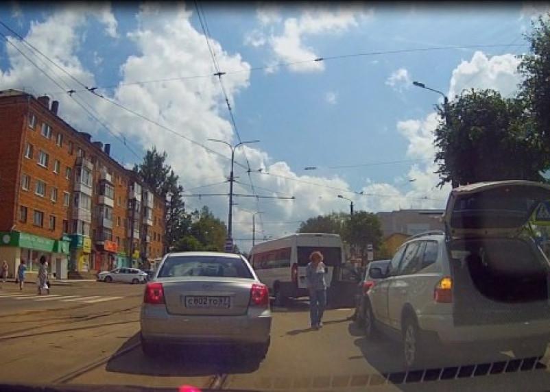 На улице Багратиона столкнулись две иномарки и маршрутка (ВИДЕО)