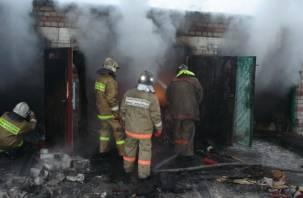 В Демидове пожар не пощадил два гаража, жилой дом и баню