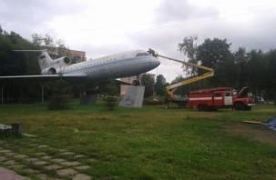 В Смоленске отмывают самолет