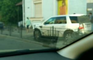 В Смоленске автоледи снесла ограждение и вылетела на тротуар