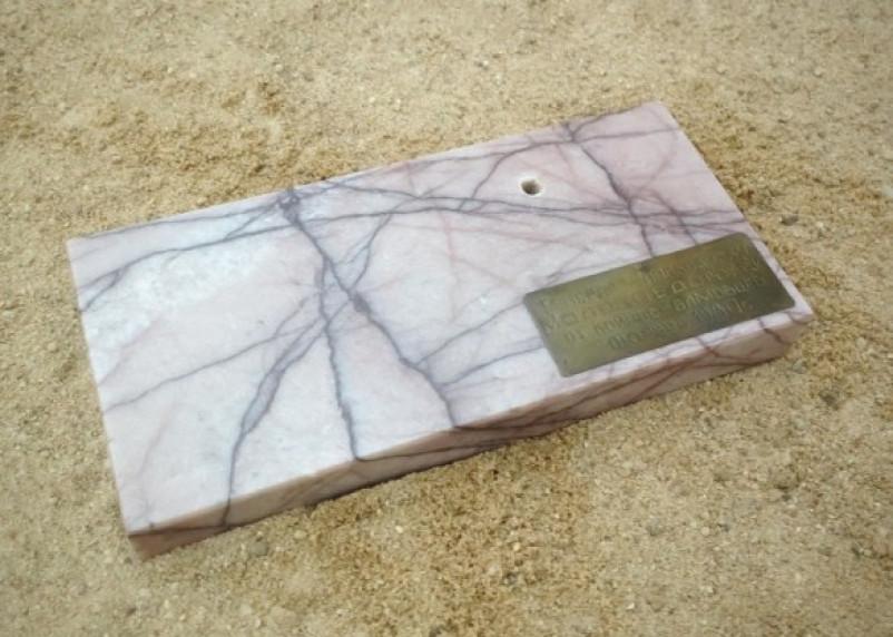 Пятилетняя смолянка откопала в песочнице мраморную мемориальную доску