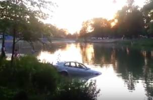 Смоляне сняли на видео утопающую в озере BMW