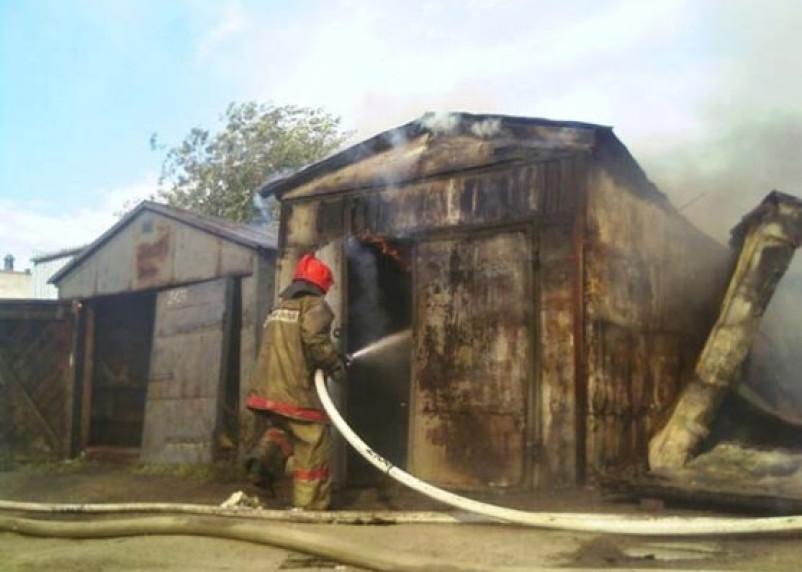 В Гагарине машина сгорела прямо в гараже