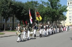 По центру Смоленска прошла колонна солдат начала XIX века