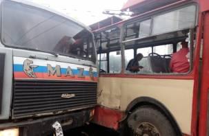 В Смоленске грузовик столкнулся с троллейбусом