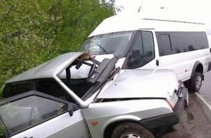 В Смоленской области столкнулись легковушка и микроавтобус. Есть пострадавшие