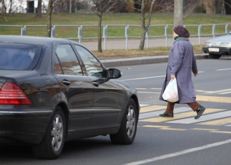 В Вязьме на пешеходном переходе сбили двух пенсионерок