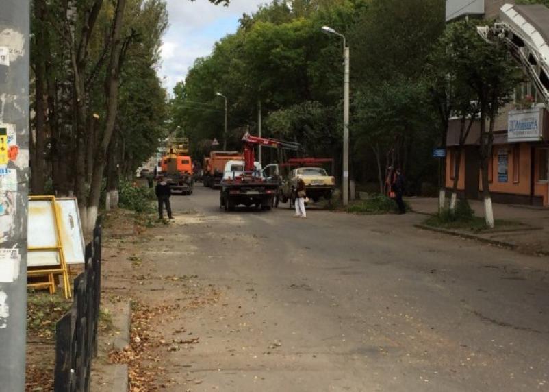 В Смоленске эвакуируют автомобили, затрудняющие дорожный ремонт