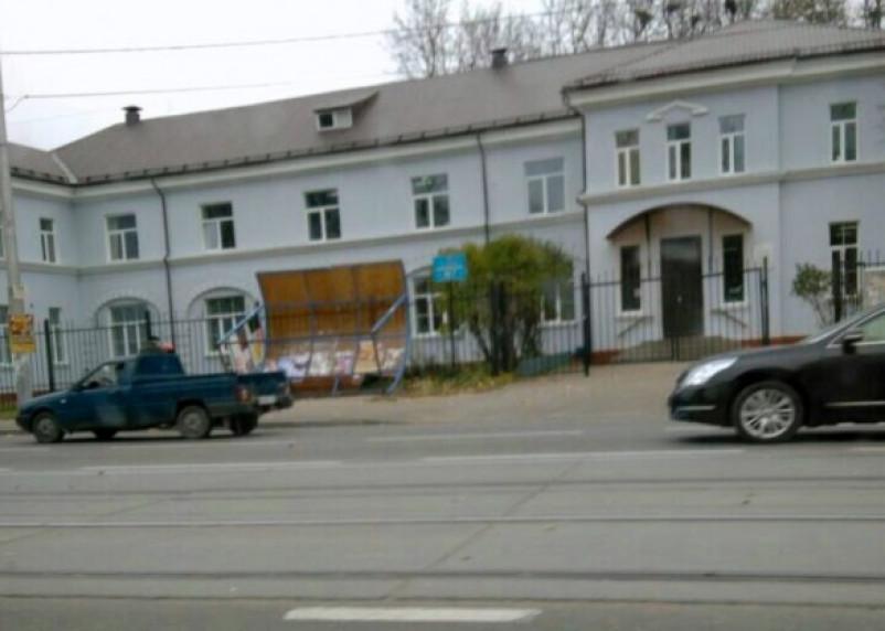 Остановка на улице Фрунзе очередной раз снесена ветром