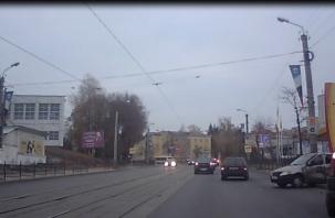 В Смоленске в ДТП машина такси влетела в столб