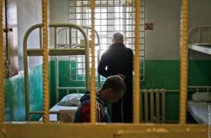 «Моего мужа доставляли в суд в наручниках, сажали в клетку»