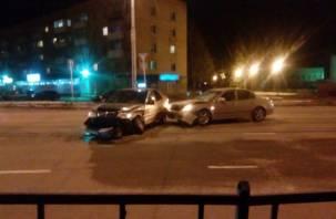 В Смоленске две иномарки влетели друг в друга