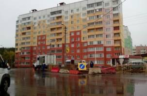 В Смоленске сняли свежий асфальт, чтобы отремонтировать теплотрассу
