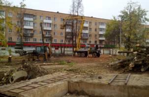 В Смоленске начали вырубать сквер, чтобы построить торговый центр