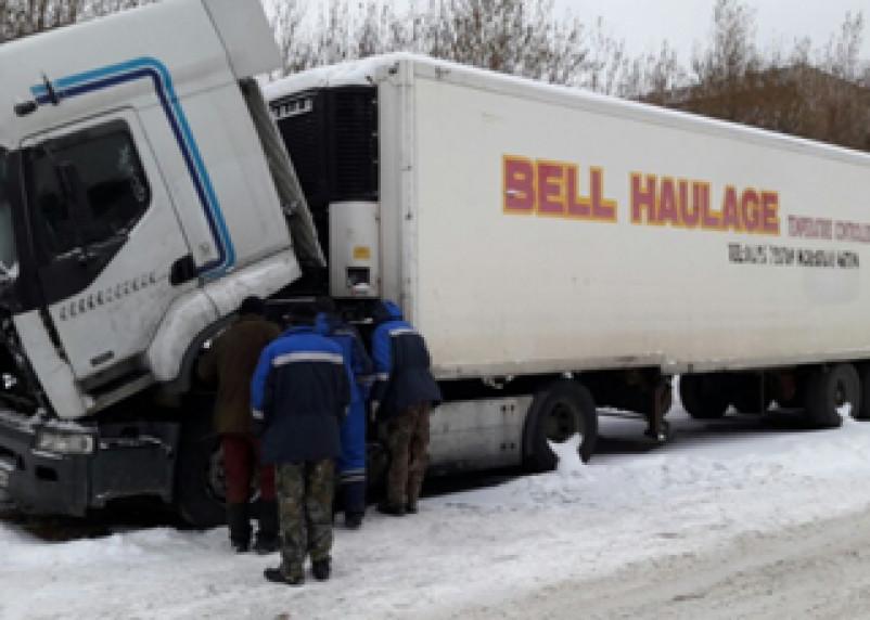Дальнобойщик из Смоленска два месяца живет в заглохшей машине под Петербургом