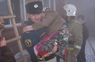 Смоляне спасли пенсионерку из горящего дома