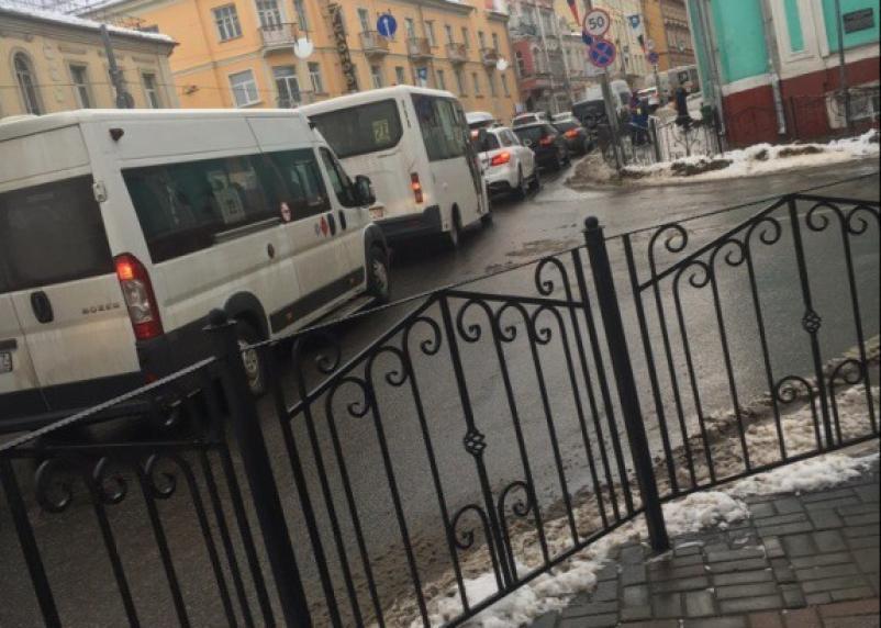 Смоленск замер в пробке: на площади Победы не работает светофор