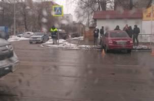 В результате ДТП в Смоленске водитель протаранил уличное ограждение