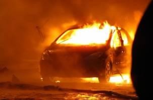 В Гагарине рано утром горела иномарка, инцидент попал на видео