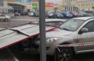 В Смоленске огромный рекламный щит упал на автомобили