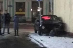 Белорус на иномарке «обнял» столб на улице Большой Советской
