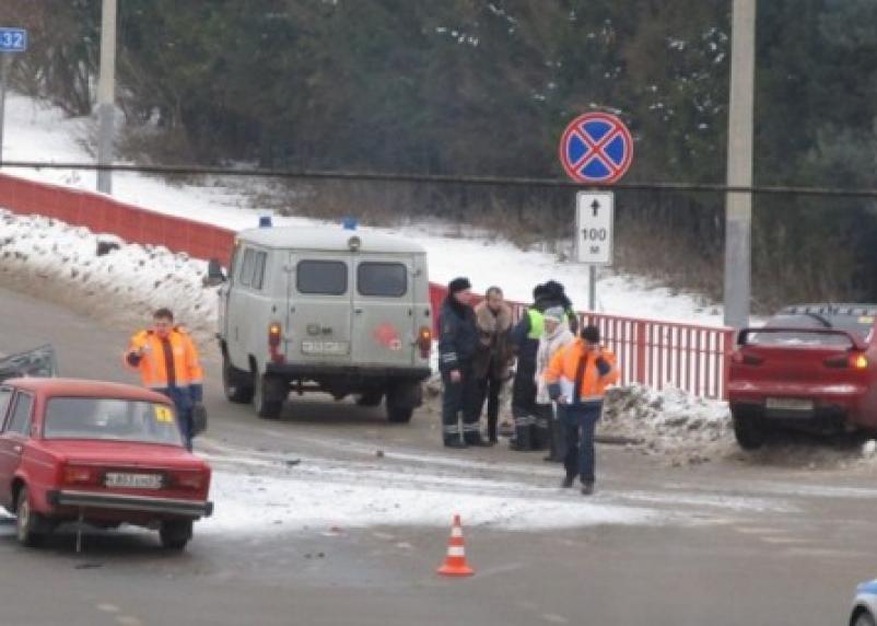 На трассе М1 в Ярцеве столкнулись две легковушки