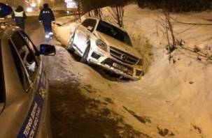 В Смоленске водитель Mercedes вылетел в кювет