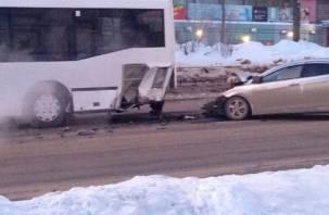 В Ярцеве легковушка протаранила пассажирский автобус