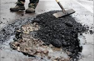 В Смоленске латают дорожные ямы