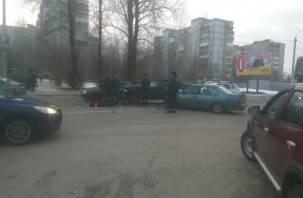 В Смоленске внедорожник столкнулся с легковушкой