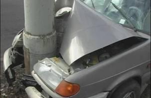 В Смоленском районе водитель легковушки влетел в столб