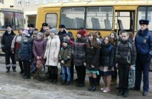 Смоленских детей доставили на елку в сопровождении ДПС