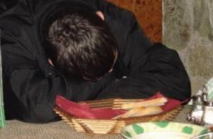 Забывчивая жительница Сафонова обокрала спящего в кафе мужчину