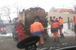 В Смоленске укладывают асфальт в снежную кашу