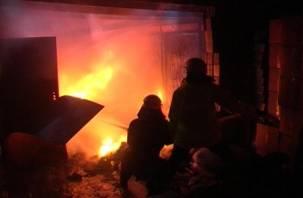 В Ярцеве сгорели жилой дом и гараж с машиной внутри